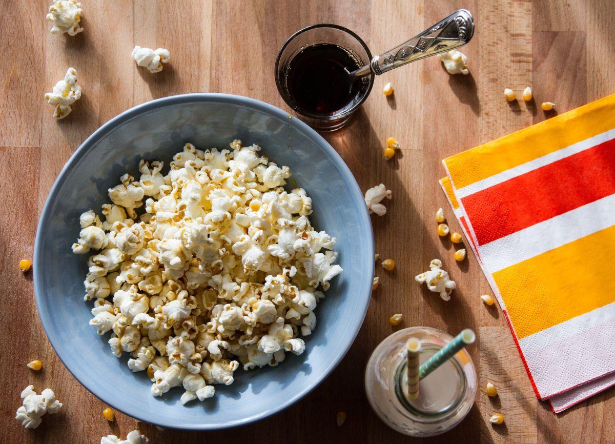 Las palomitas de maíz caseras son granos integrales que benefician la salud digestiva y cardíaca.