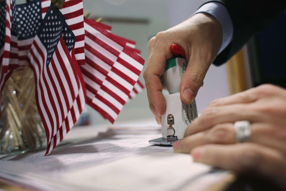 USCIS pide revisar a fondo el llenado de formularios migratorios.