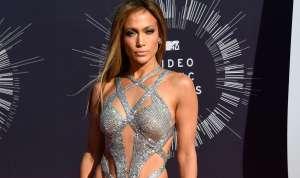 Madre posa como Jennifer Lopez y se hace viral, ¿a favor o en contra de la sensual pose?