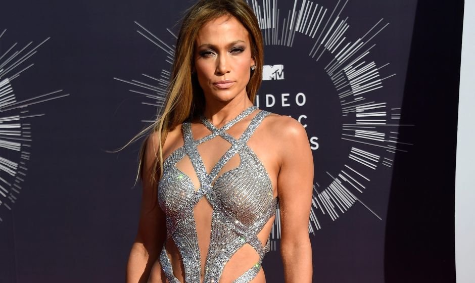 En leggings deportivos negros, Jennifer Lopez luce su retaguardia y baila junto a la piscina