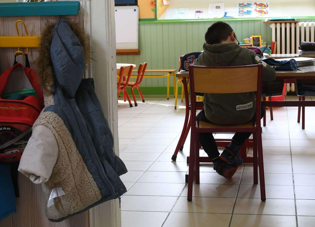 Imagen ilustrativa de un menor en un salón de clases.