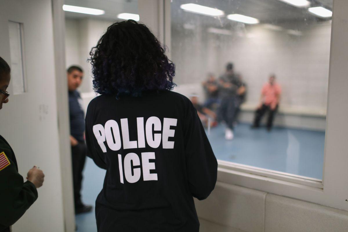 ICE enfrenta críticas por las condiciones de encierro de inmigrantes durante la pandemia de coronavirus.