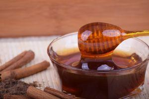 Remedios matutinos: El poder de comer una cucharada de miel con canela en ayuno