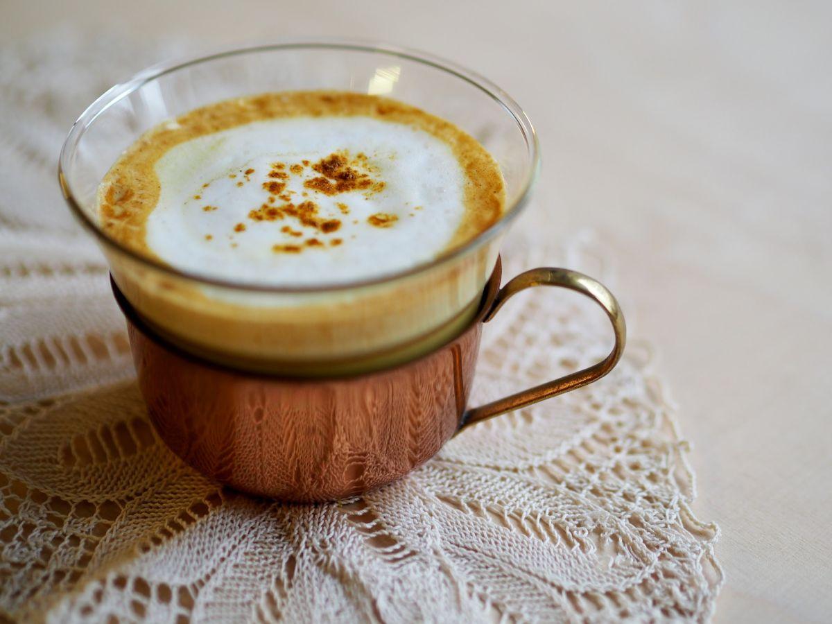 La leche con cúrcuma es un poderoso aliado para mejorar la salud cardíaca, el proceso digestivo, la memoria y fortalece al sistema inmunológico.