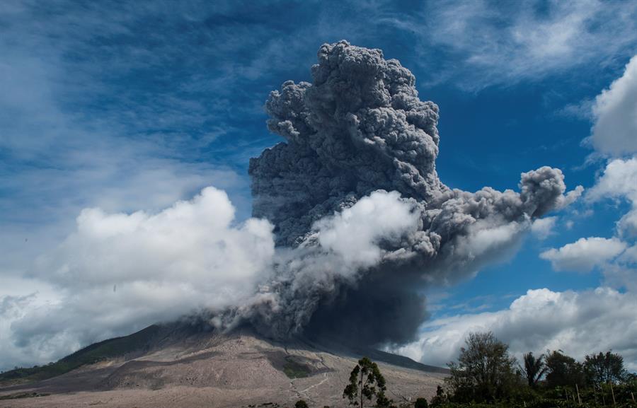 El volcán Sinabun, en Indonesia entra en erupción, arroja nube de ceniza de más de 16,000 pies