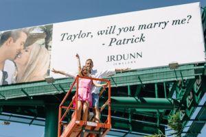 Pide matrimonio a su novia a través de una valla publicitaria en la carretera principal de Florida