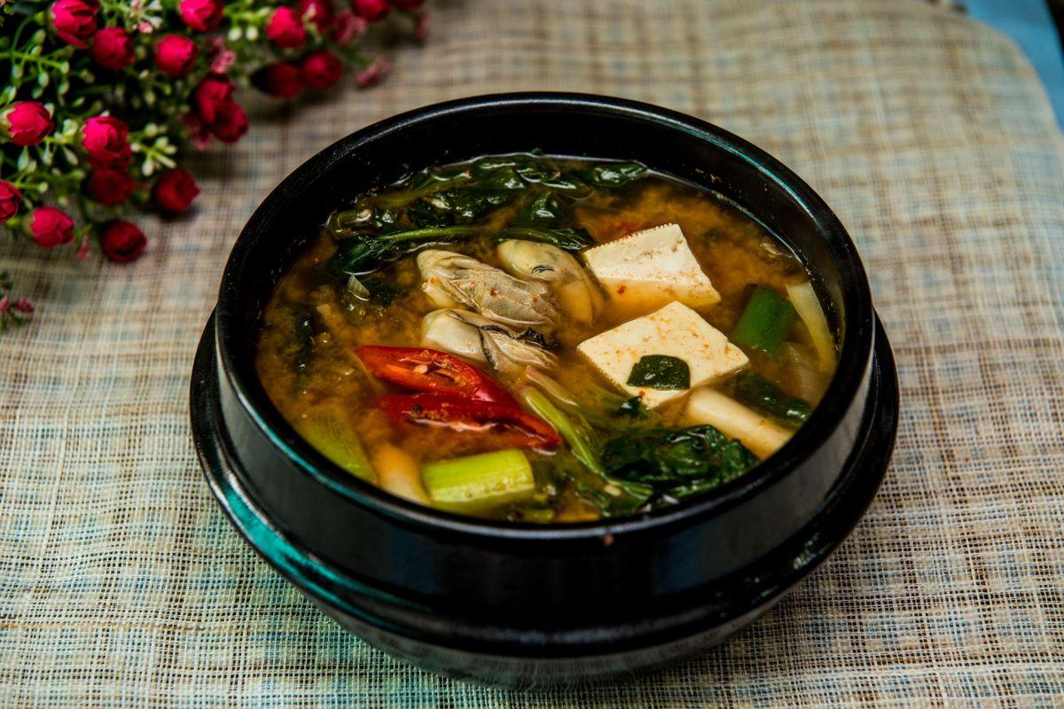 La sopa miso es rica en nutrientes, se caracteriza por sus beneficios para la salud cardiovascular y digestiva, también es un gran aliado para perder peso.