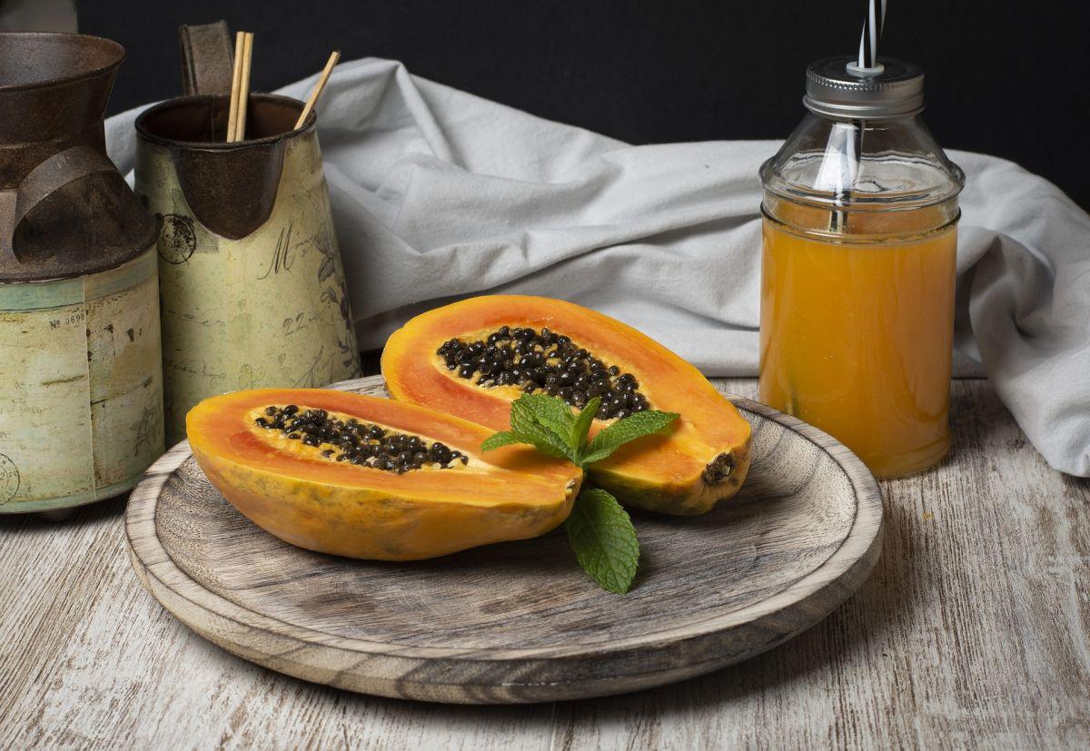 Beber jugo de papaya en ayuno es un gran hábito de salud y una extraordinaria manera de iniciar el día con un alto consumo de nutrientes esenciales.