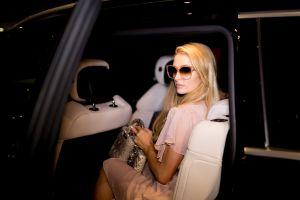 Echa un vistazo al Bentley rosa que Paris Hilton tiene en su colección de autos