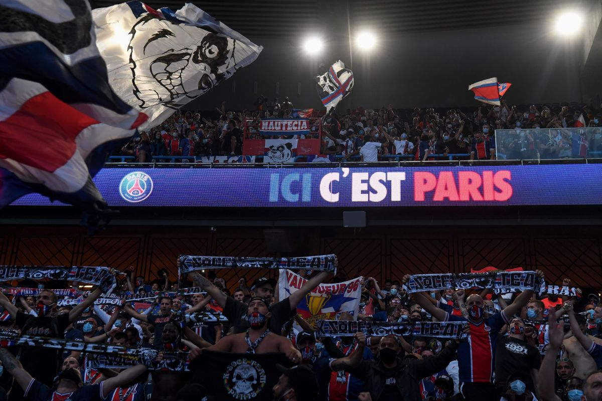Los aficionados del PSG reunidos en su estadio viendo el partido.