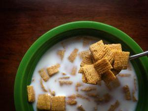 Por qué cenar cereal con leche no es tan recomendable
