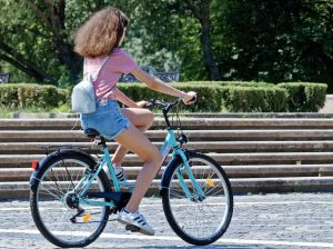 Manosea desde su auto a chica que viajaba en bicicleta