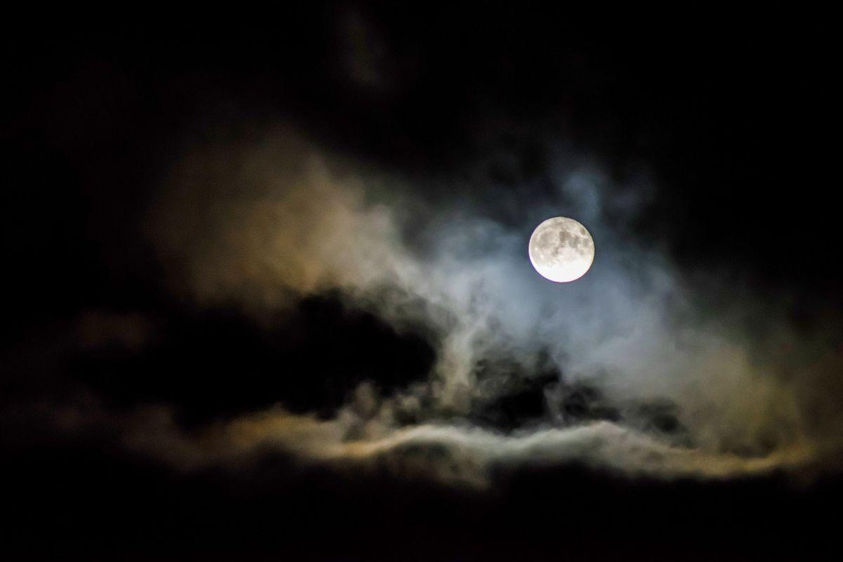 Los rituales que deberías hacer para aprovechar la energía de la luna llena
