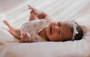 Captan el cruel maltrato de una niñera hacia un bebé de 6 días de nacido