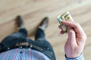 Cómo realizar el ritual del billete en el zapato para atraer la prosperidad