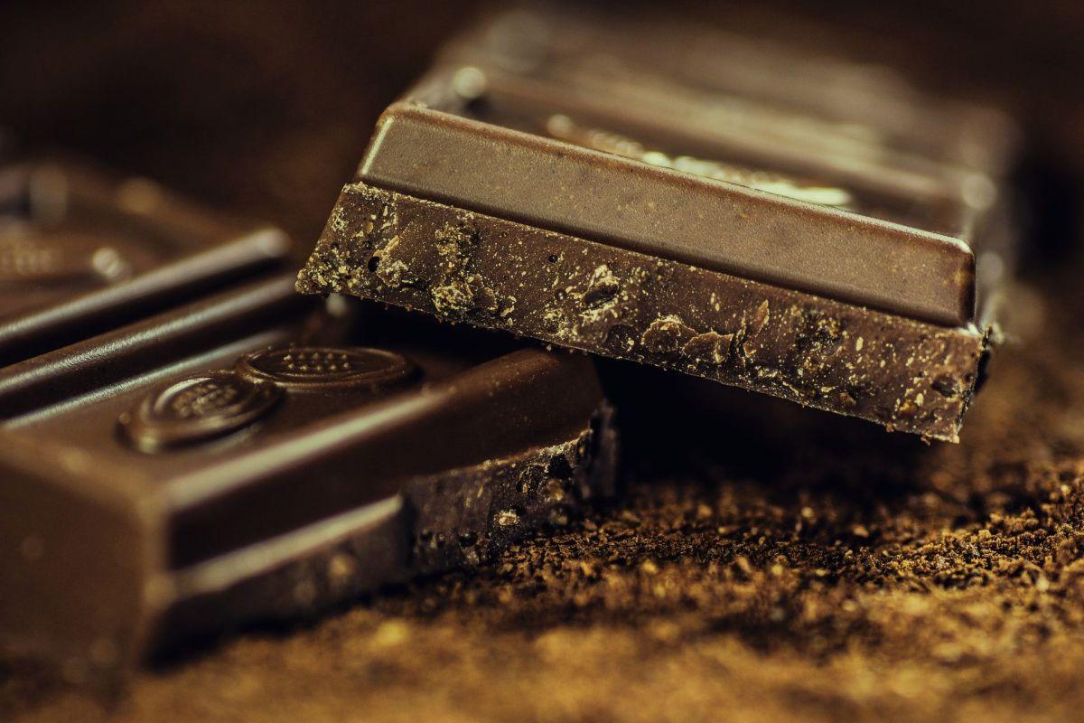 Un auto apareció completamente rociado con partículas de chocolate tras las fallas registradas en la fábrica de chocolate.