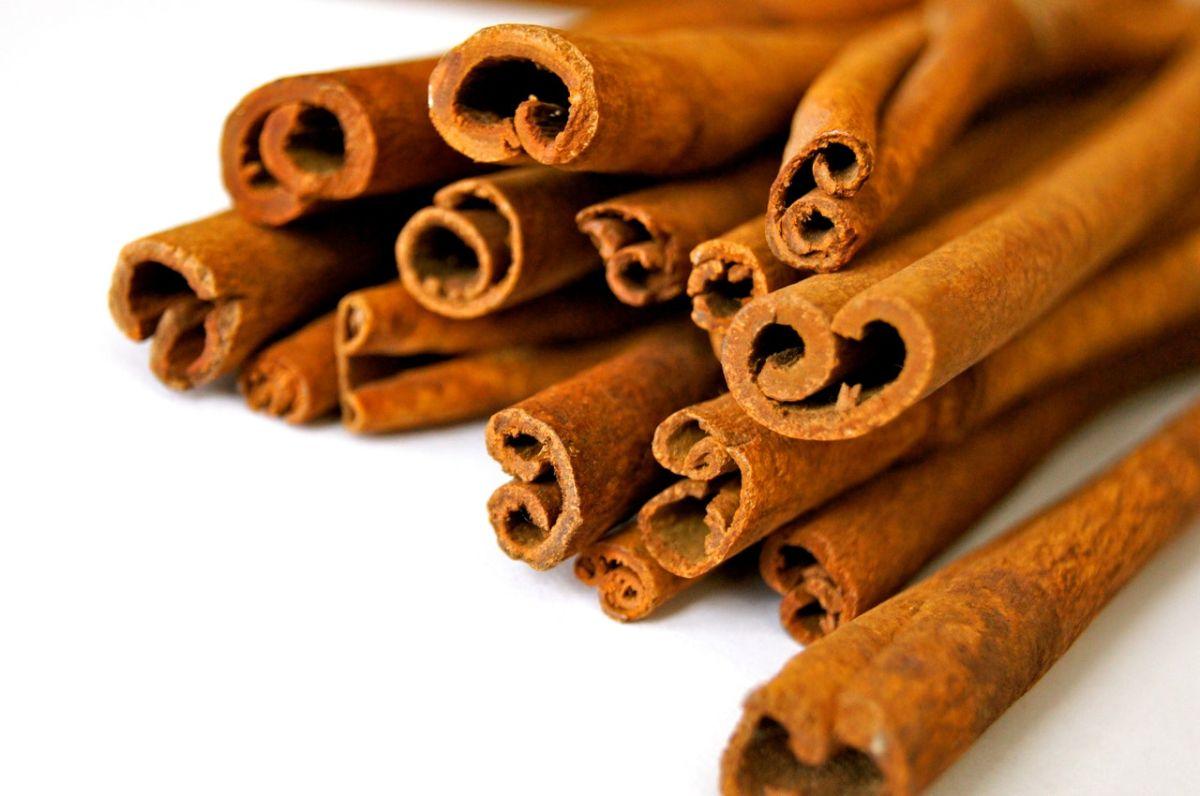 Se considera seguro el consumo de canela menor a 6 gramos al día.