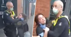 Imágenes de policía agarrando a una mujer por el cuello por no llevar mascarilla