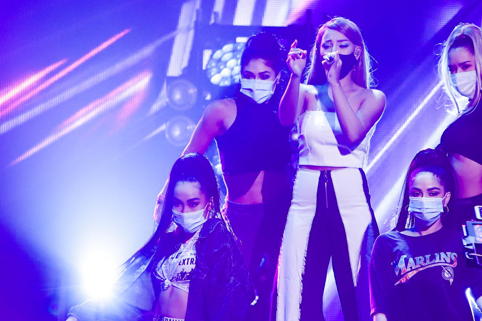 Danna Paola ensaya su presentación de Premios Juventud 2020.
