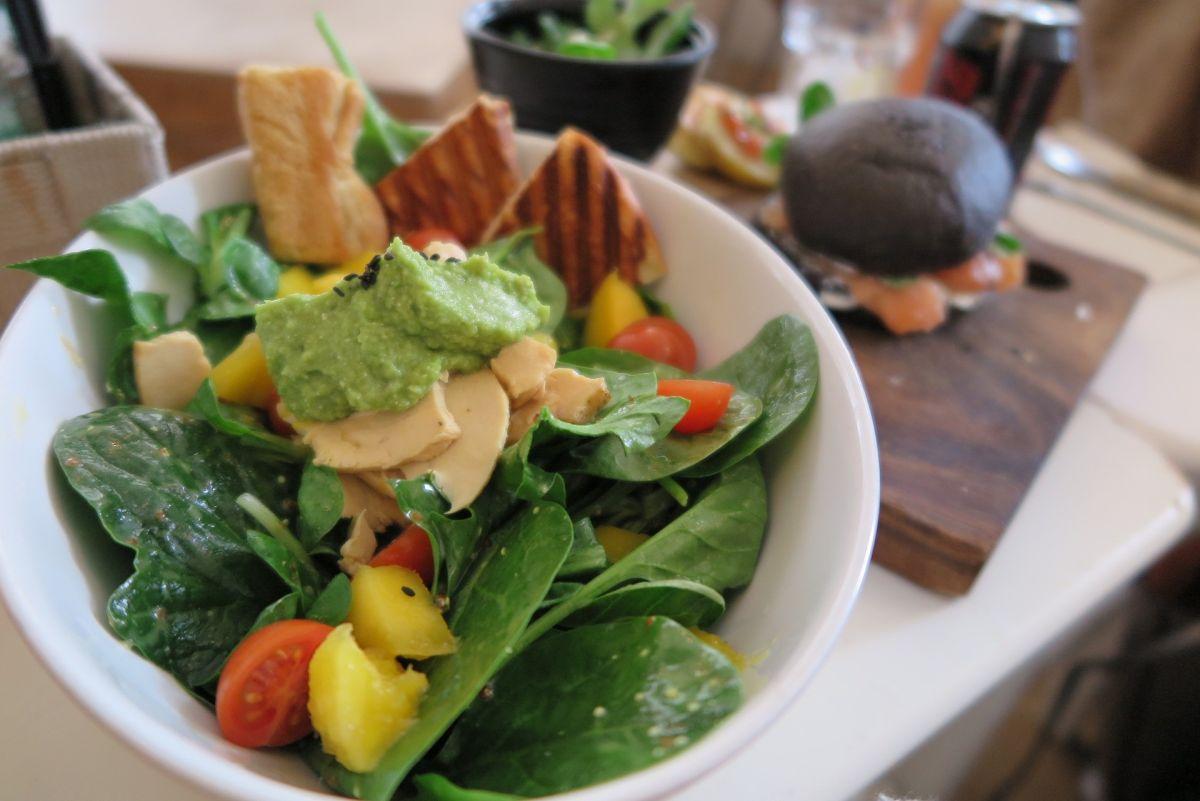 Comer aderezo nunca fue tan saludable: Receta de Ranch vegano de aguacate