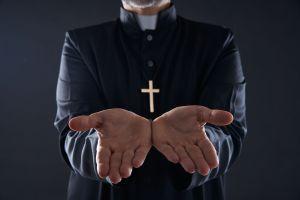 Policía se hace pasar por sacerdote para poder liberar a una madre y su hijo de un secuestro