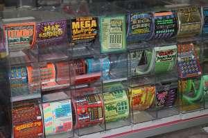 Una corazonada le hizo recorrer más de 40 tiendas y así ganó $5 millones en la lotería