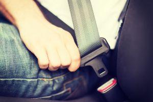 ¿Cuál es la mejor posición del asiento para conducir un automóvil?