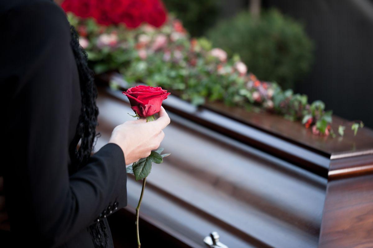 Las autoridades investigan las razones por las cuales su familia la dio por muerta.