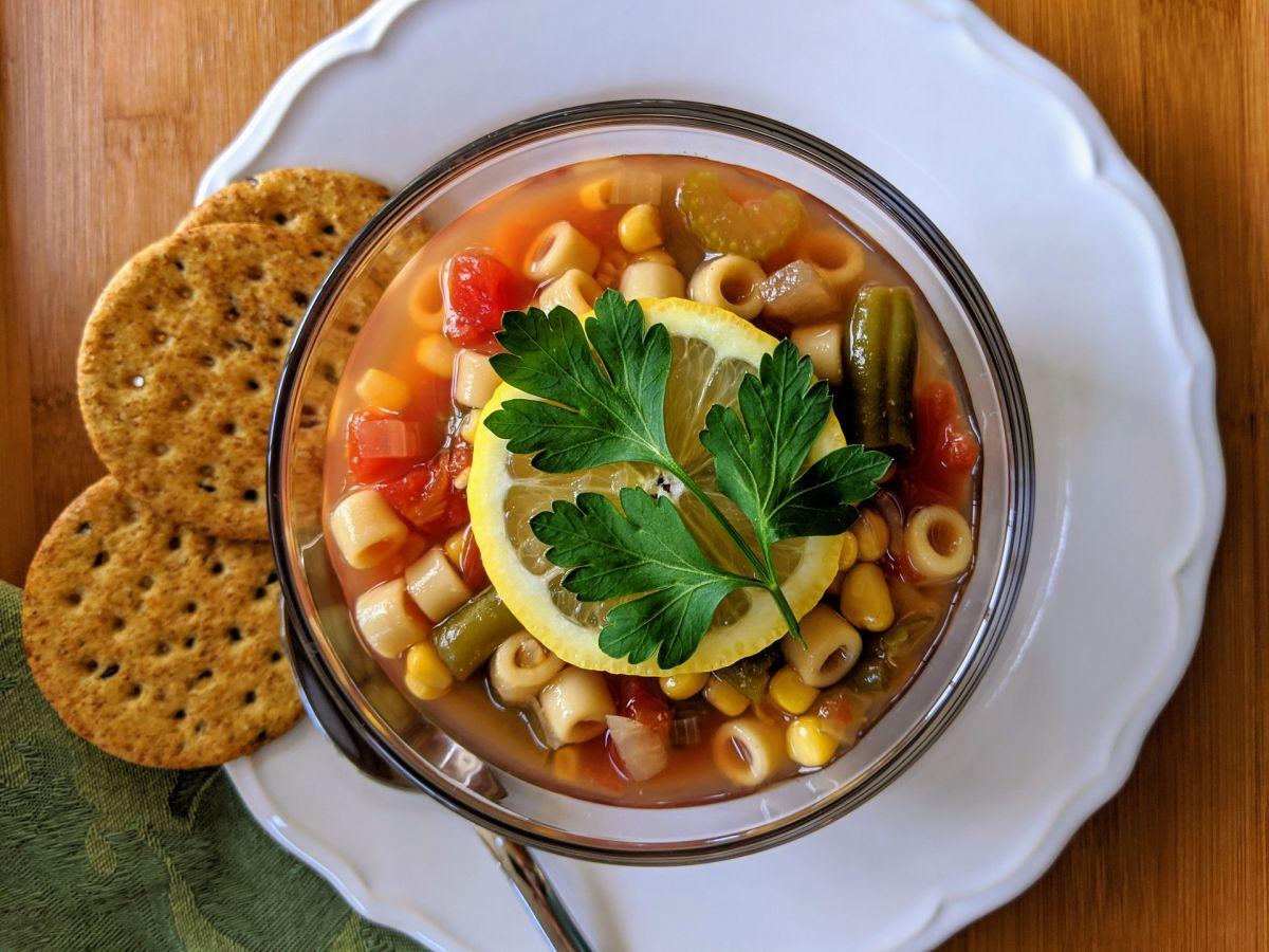 Deliciosa sopa de vegetales rica en vitaminas, minerales, antioxidantes y fibra. ¡Se volverá tu favorita!