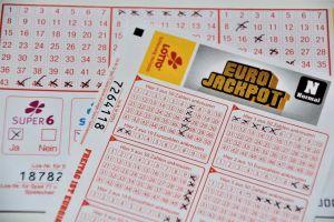 Se quedó sin trabajo y al día siguiente se hizo millonario en la lotería