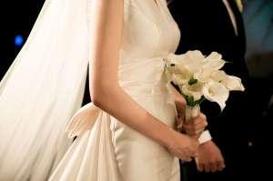 El impactante momento en el que una boda es interrumpida por la explosión en Beirut