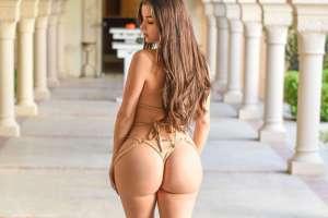 Demi Rose se luce en un body de encaje tan transparente, que ella misma se censura