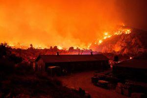 Controlan en un 50% el incendio Bobcat al este de Los Ángeles