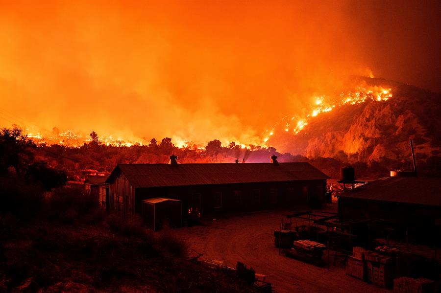 Vientos hacen crecer al incendio Bobcat a 91,000 acres y ya hay casas destruidas en Antelope Valley