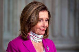 El video sobre el extraño saludo de Nancy Pelosi que desató burlas en Twitter