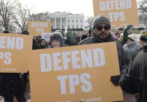 """Inmigrantes con TPS arrecian batalla legal por su """"green card"""""""