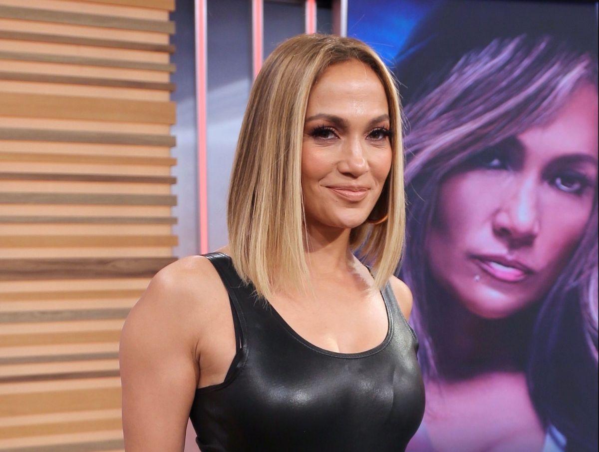 Con un sexy traje de baño blanco de corte alto, Jennifer Lopez se toma una selfie desde su recámara