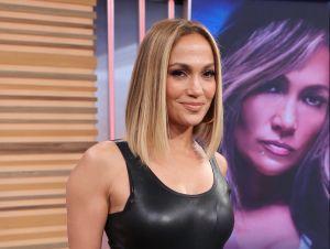 Ya en otoño, Jennifer Lopez se muestra sexy abriendo su gabardina y luce sus largas piernas
