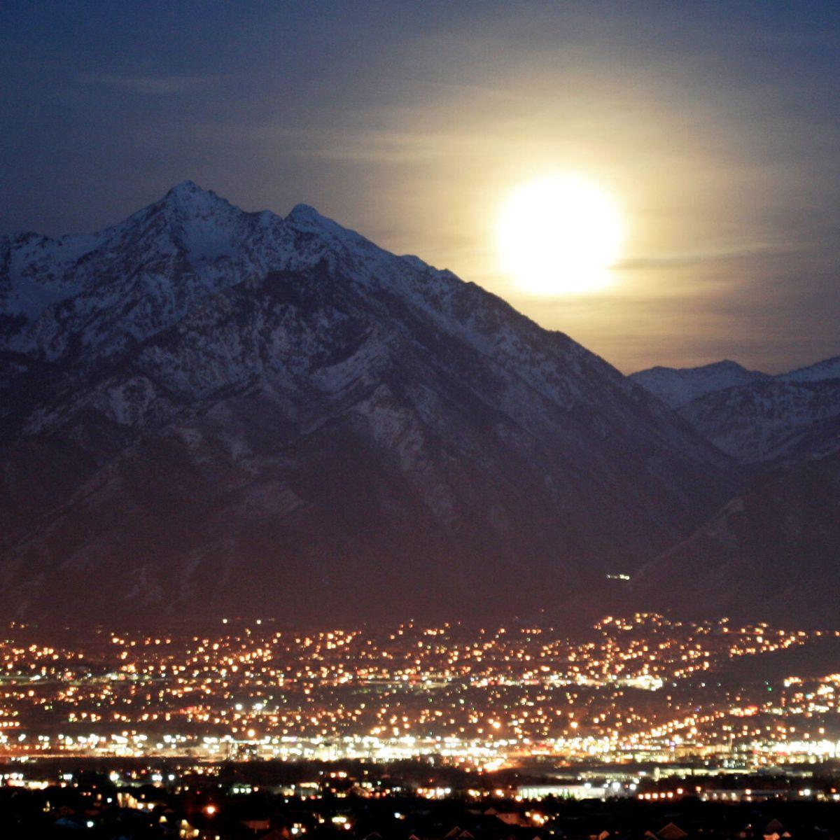 La luna sobre Salt Lake City en febrero de 2012.