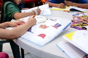 Niños migrantes y la terapia de colorear