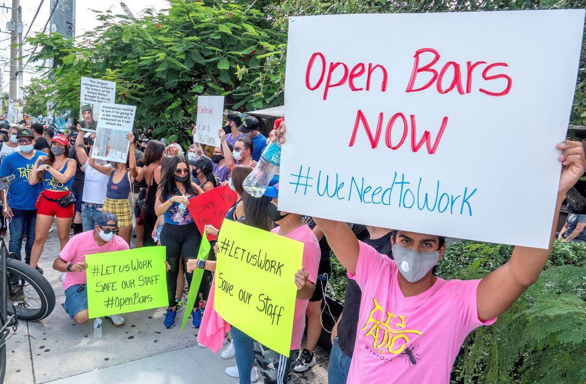 Varias personas se congregan para reclamar la reapertura de bares en el sur de Florida.