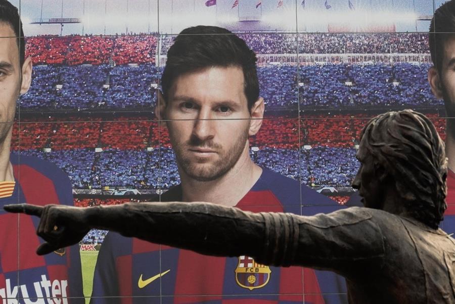 Messi en un cartel cerca de la estatua de Johan Cruyff.