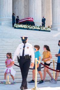 Miles rinden tributo a jueza Ginsburg en la Corte Suprema en despedida oficial