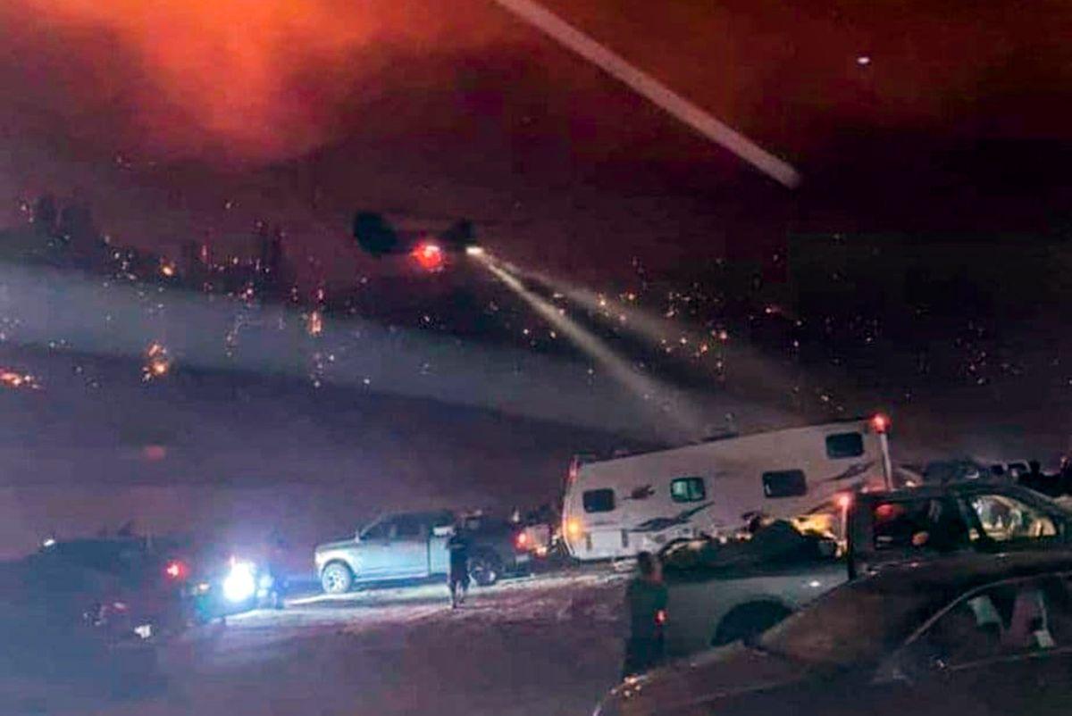 Momento en el que los helicópteros de la Guardia Nacional llegan a Mammoth Pool para realizar el rescate.