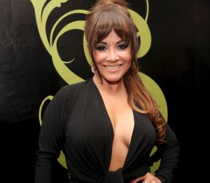 Carolina Sandoval aparece muy 'tapadita', para después despojarse de la ropa y quedar en un body en un 'En Vivo'