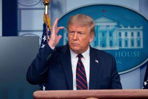 Aunque él oculta sus impuestos, Trump lanza sospechas por más de $300 millones recaudados por demócratas