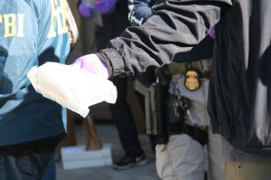 Casi 200 personas enfrentan cargos de venta de opioides y drogas ilegales en Darknet