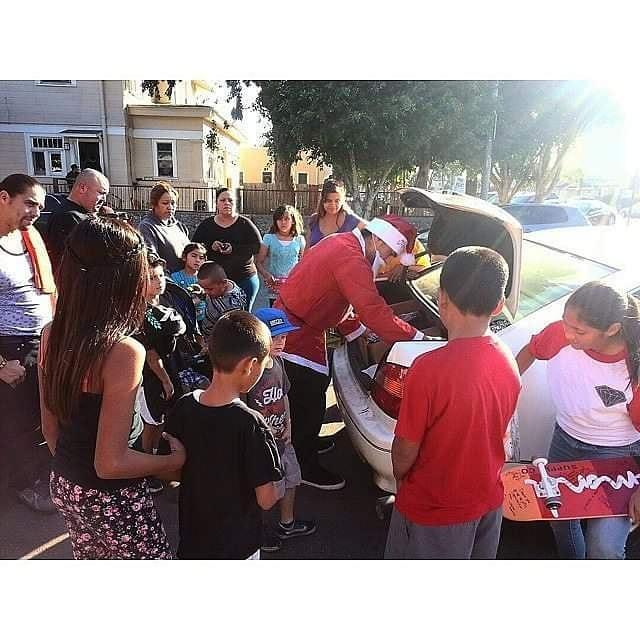 The Hood Santa entrega obsequios a los niños en Navidad.
