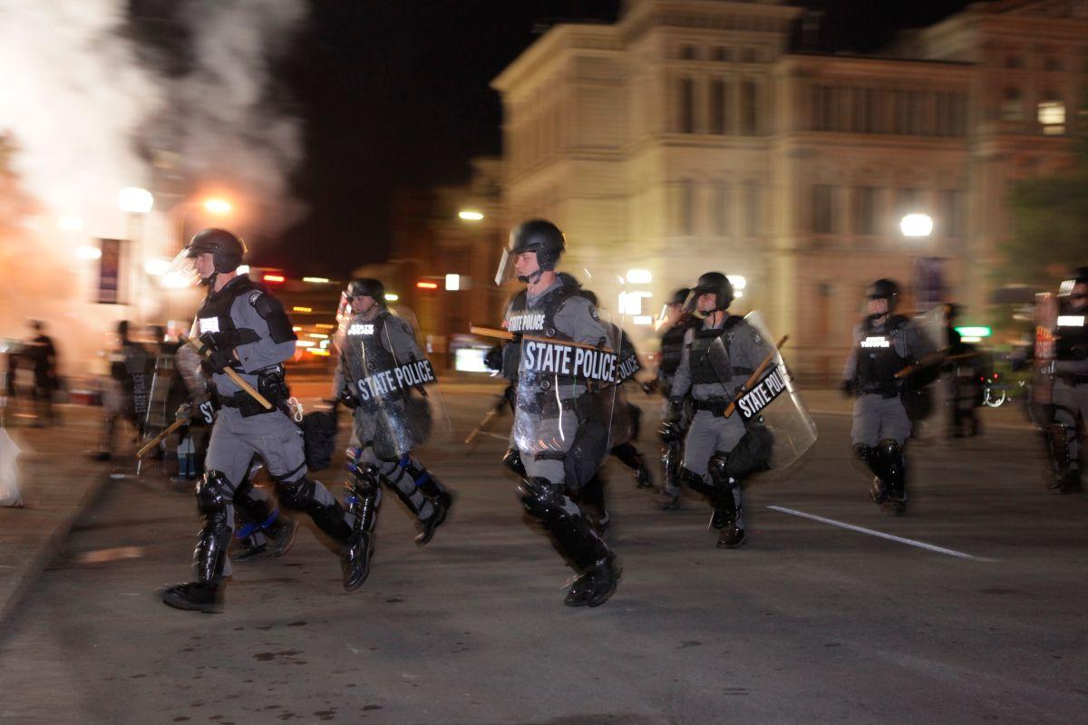 Los manifestantes huían del bloqueo lo la policía.