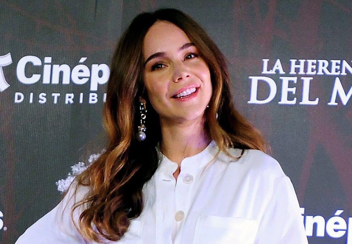 Camila Sodi nada con tiburones y luce su retaguardia en ajustado traje de baño rojo